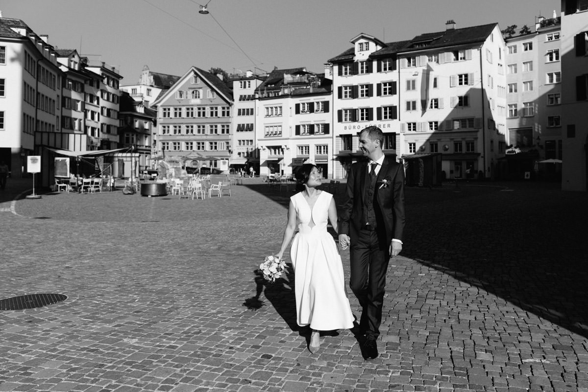 couple walking through te old town in Zurich on their wedding day